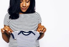 Sonrisa feliz embarazada de la mujer afroamericana bonita joven, posi Imágenes de archivo libres de regalías