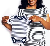 Sonrisa feliz embarazada de la mujer afroamericana bonita joven, posi Foto de archivo libre de regalías