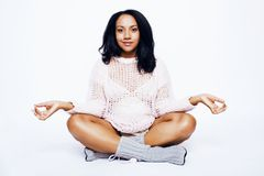 Sonrisa feliz embarazada de la mujer afroamericana bonita joven, presentando en el fondo blanco aislado, gente de la forma de vid Imagen de archivo