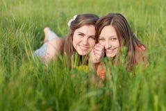Sonrisa feliz joven hermosa de dos mujeres al aire libre Imágenes de archivo libres de regalías