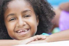 Sonrisa feliz linda de la muchacha del afroamericano Foto de archivo
