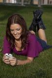 Sonrisa feliz texting Imagenes de archivo