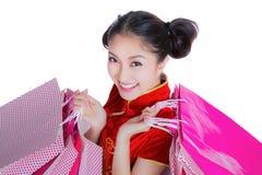 Sonrisa feliz y compras de la muchacha hermosa de Asia Imagenes de archivo