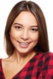 Sonrisa femenina adolescente con los apoyos en sus dientes Foto de archivo