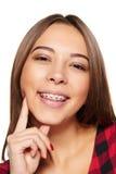 Sonrisa femenina adolescente con los apoyos en sus dientes Fotos de archivo