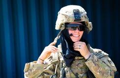 Sonrisa femenina americana del soldado fotografía de archivo