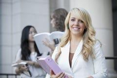Sonrisa femenina del estudiante universitario Fotografía de archivo libre de regalías