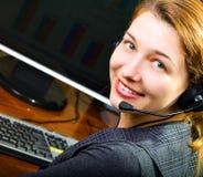 Sonrisa femenina del operador del centro de atención telefónica foto de archivo libre de regalías