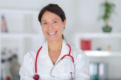 Sonrisa femenina envejecida centro hermoso del doctor del retrato fotografía de archivo