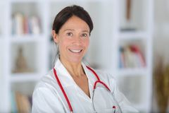 Sonrisa femenina envejecida centro hermoso del doctor del retrato fotografía de archivo libre de regalías