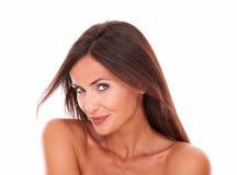 Sonrisa femenina hispánica atractiva en la cámara Foto de archivo