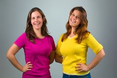 Sonrisa gemela de las hermanas foto de archivo libre de regalías