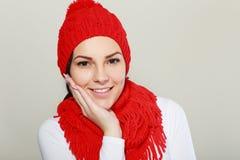 Sonrisa hecha punto rojo del sombrero y de la bufanda Imágenes de archivo libres de regalías