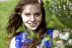 Sonrisa hermosa de la chica joven Imagenes de archivo