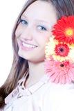 Sonrisa hermosa de la chica joven y flor roja aisladas Fotografía de archivo libre de regalías