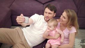 Sonrisa hermosa de la familia para la foto del selfie Felicidad junto Foto del selfie de la familia metrajes