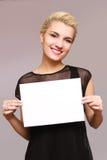 Sonrisa hermosa de la mujer, celebrando un lugar para una inscripción foto de archivo