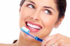 Sonrisa hermosa de la mujer con un cepillo de dientes. Foto de archivo