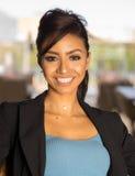 Sonrisa hermosa de la mujer de negocios fotos de archivo