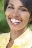 Sonrisa hermosa de la mujer del afroamericano imagen de archivo