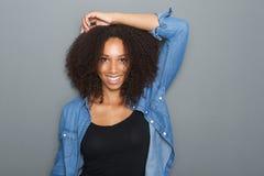 Sonrisa hermosa de la mujer del afroamericano Imagenes de archivo