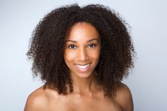 Sonrisa hermosa de la mujer del afroamericano Foto de archivo