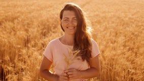 Sonrisa hermosa de la mujer del retrato modelo de moda de la muchacha en el vestido blanco video de la cámara lenta en trigo del  almacen de video