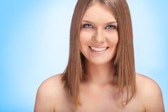Sonrisa hermosa de la mujer joven foto de archivo