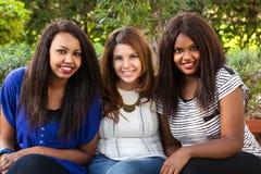 Sonrisa hermosa de tres muchachas Fotos de archivo libres de regalías