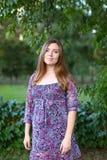 Sonrisa hermosa hermosa de la mujer joven y presentación para las fotos foto de archivo