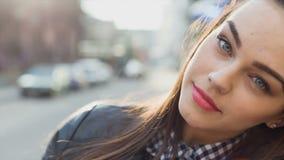 Sonrisa hermosa joven de la muchacha metrajes