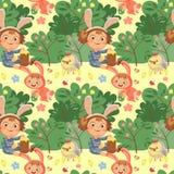 Sonrisa inconsútil de la muchacha del modelo que juega con los pollos debajo del arbusto de las flores, bebé en delantal con la v Foto de archivo libre de regalías