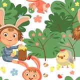 Sonrisa inconsútil de la muchacha del modelo que juega con los pollos debajo del arbusto de las flores, bebé en delantal con la v Imagenes de archivo