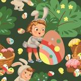 Sonrisa inconsútil del muchacho del modelo que caza el huevo de chocolate decorativo debajo de cepillo en traje del conejito de p Imágenes de archivo libres de regalías