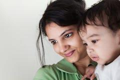 Sonrisa india de la madre y del bebé Imagenes de archivo