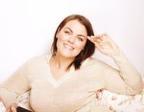 Sonrisa interior gorda bastante grande de la mujer de los jóvenes en casa, gesticulando Imagen de archivo libre de regalías