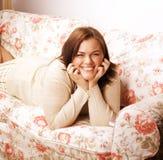 Sonrisa interior gorda bastante grande de la mujer de los jóvenes en casa, gesticulando Foto de archivo