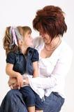 Sonrisa joven de la hija y de la madre Imagenes de archivo