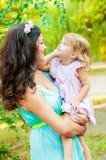 Sonrisa joven de la madre y de la niña Fotografía de archivo libre de regalías