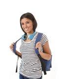 Sonrisa joven de la mochila de la muchacha latina hermosa y de moda del estudiante que lleva feliz y confiada Imágenes de archivo libres de regalías