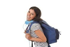 Sonrisa joven de la mochila de la muchacha latina hermosa y de moda del estudiante que lleva feliz y confiada Imagen de archivo libre de regalías