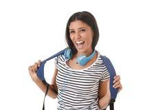 Sonrisa joven de la mochila de la muchacha latina hermosa y de moda del estudiante que lleva feliz y confiada Fotografía de archivo libre de regalías