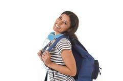 Sonrisa joven de la mochila de la muchacha latina hermosa y de moda del estudiante que lleva feliz y confiada Fotos de archivo