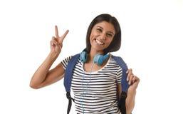 Sonrisa joven de la mochila de la muchacha latina hermosa y de moda del estudiante que lleva feliz y confiada Fotos de archivo libres de regalías