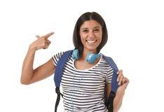 Sonrisa joven de la mochila de la muchacha latina hermosa y de moda del estudiante que lleva feliz y confiada Imagen de archivo
