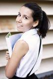 Sonrisa joven de la muchacha de universidad Fotografía de archivo