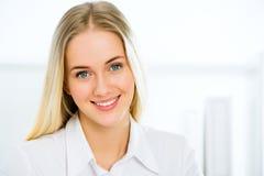 Sonrisa joven de la mujer de negocios Fotos de archivo