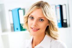 Sonrisa joven de la mujer de negocios Imagen de archivo libre de regalías