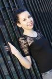 Sonrisa joven de la mujer elegante Imágenes de archivo libres de regalías