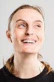 Alto fondo del gris de la definición de la mujer de la gente real divertida del retrato Fotos de archivo libres de regalías